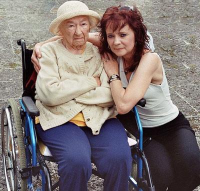 Claudia mit ihrer Oma