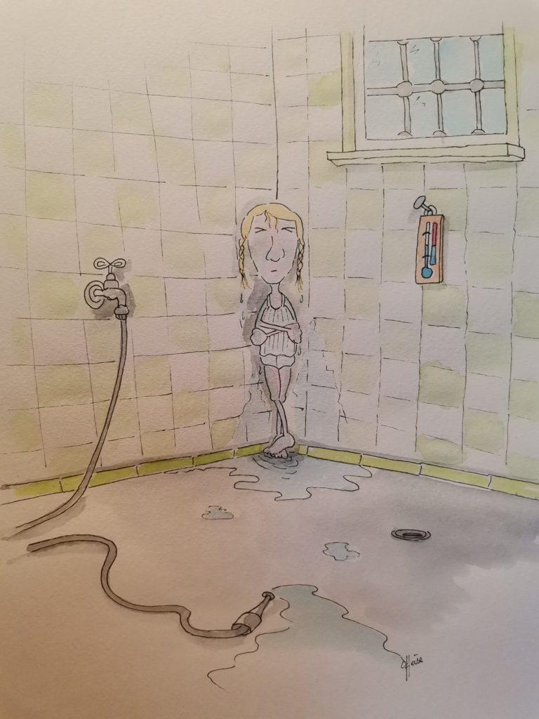 Frierendes Mädchen in der Ecke eines gefliesten Raumes. Man sieht noch den Wasserschlauch, mit dem es abgespritzt wurde, am Boden liegen.