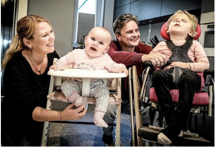 Alinas Familie, die Eltern mit den beiden Töchtern